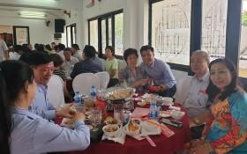 第五郡文化中心主任郭忠孝(右三) 向劉金華主席與各會館代表、藝人拜年。