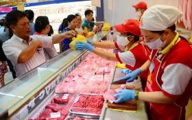 消費者在超市裡購買豬肉。(圖源:田升)