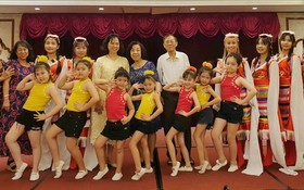 杭慰瑤先生的夫人(後排左五)與校長、 老師及文藝組合影。