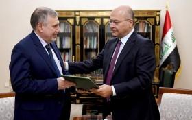 伊拉克總統薩利赫(右)任命阿拉維為新總理。(圖源:AP)