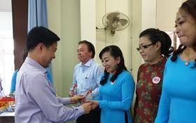 第五郡勞動聯團向越華優秀黨員贈送紀念品。