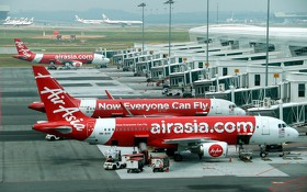 停泊在吉隆坡機場停機坪上的亞航客機。(圖源:互聯網)
