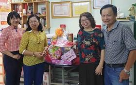 市婦聯會探望華人婦女幹部張四妹(右二)。