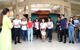 市幹部學院的政治中級班到茶榮省的胡志明主席紀念祠晉謁。