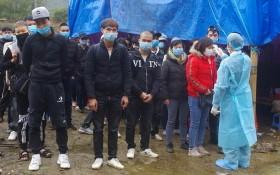 防疫人員分別給非法入境者測量體溫後送至隔離區。(圖源:里萬邊防哨所)