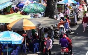 第五郡阮志清街上大水鑊醫院門前擺滿攤子。