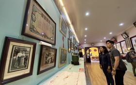 華人青年觀看懷舊物品展。