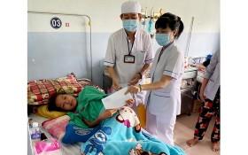 范玉石醫院社會工作科代表向窮困病人贈送輔助金。