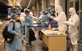 回國公民在雲屯機場辦理入境手續。(圖源:越通社)