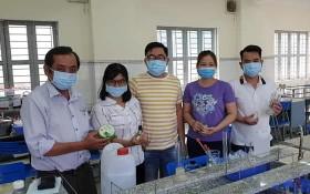 李峰中學校委及老師製作抗菌洗手液。