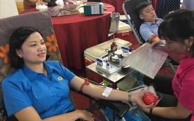 工會會員與勞動者響應捐血救人活動。(圖源:越南勞動總聯團)