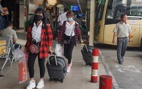 許多乘客到車站時自備戴口罩。