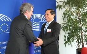 外交部常務副部長裴清山(右)與歐洲議會(EP)議長戴維‧薩索利舉行重要會晤。(圖源:外交部)