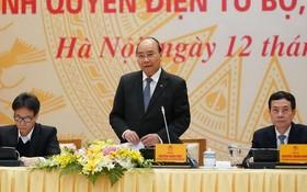 政府總理阮春福(中)在會上發表講話。(圖源:光孝)