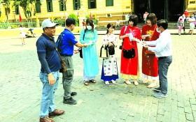 來本市遊客獲派口罩。(圖源:互聯網)