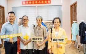 文物捐贈者與麒麟(左一)於展室內合影。