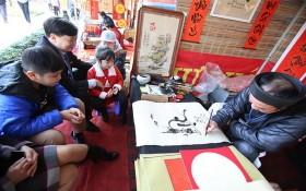 許多人前來首都河內文廟向書法家求寫越南文書法。