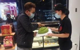 顧客正在購買大發餅家榴槤蛋糕。
