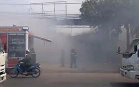 順發機械廠突然起火燃燒,現場冒出大片濃煙。(圖源:清嬌)