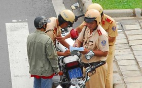 交警對違反交規者錄案。