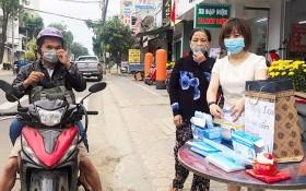 阮氏映玉在廣義省免費派發口罩。