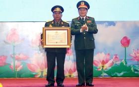 越南國防部長吳春歷大將(右)向老撾國防部長占沙蒙‧占雅拉大將頒授一等獨立勳章。