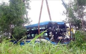 重型拖吊車將事故客車吊離現場。(圖源:垂楊)