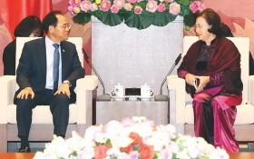 國會主席阮氏金銀(右)接見韓國駐越南大使朴能運。(圖源:越通社)