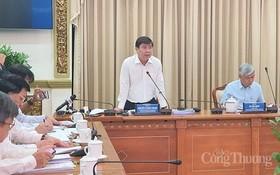 市人委會主席阮成鋒(右二)在會上發表指導意見。(圖源:工商報)