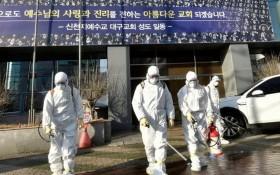韓國衛生防疫部門在大邱新天地教會教堂及周邊地區進行消毒工作。(圖源:Getty Images)