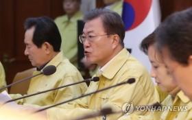 2月23日,在韓國中央政府首爾辦公樓,文在寅(左二)在新冠病毒疫情對策會議上發言。 (圖源:韓聯社)