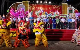 第五郡龍獅在文化中心接受各位領導點睛開光。