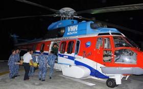 醫院航空急救組飛往長沙群島並將性命危殆的2名漁民送回岸急救。(圖源:雲山)