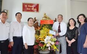 市委副書記武氏蓉(左三)與本市幹部代表團前往探望各位模範醫師。(圖源:市黨部新聞網)