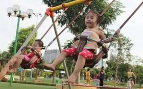 小朋友在嘉定公園裡玩鞦韆。(圖源:芳蓉)
