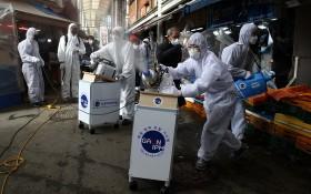 韓首爾工作人員對一個傳統市場進行消毒。(圖源:互聯網)
