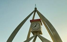 迪拜有很多地標性的建築,德拉(Deira)鐘塔就是其一,據說已經有50多年的歷史。現在是Deira的一個著名的紀念碑,是迪拜-阿布扎比 道路建成之前的融合地。