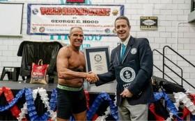 喬治‧胡德(George Hood)在一家健身房內堅持平板支撐超過8個小時,最終以8小時15分15秒的成績打破了吉尼斯世界紀錄。(圖源:互聯網)