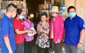 第五郡第八坊紅十字會上門向華人同胞宣傳 新冠狀病毒防範工作。