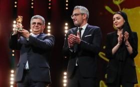 2月29日,在德國首都柏林,獲得最佳影片金熊獎的影片《無邪》製片人卡韋赫·法納姆(左)、法爾扎德·帕克(中)與導演穆罕默德·拉蘇洛夫的女兒巴蘭·拉蘇洛夫在頒獎儀式上慶祝獲獎。
