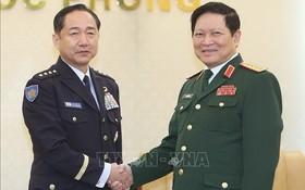 國防部長吳春歷大將(右)接見日本統合幕僚長崎幸二大將。(圖源:越通社)