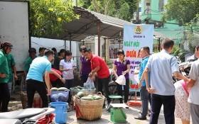 逾百幹部、職工踴躍購買西瓜。