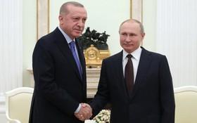 俄總統普京(右)會見土總統埃爾多安。(圖源:新華社)
