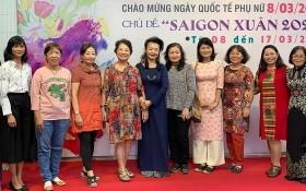 華人女畫家何麗華(左三)、陳芳美(左四)、李曉雲(右四)。