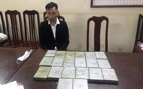 被抓獲的運毒犯罪嫌疑人黃亞包及海洛因毒品物證。(圖源:警方提供)