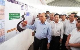 政府總理阮春福(左一)視察忠良-美順高速公路項目施工進度。(圖源:光孝)