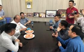 高肇力向華人青年企業家介紹自己研製火龍果麵包心得。