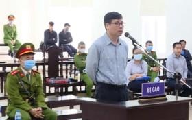 被告人張唯一在法庭上答審判員問案。(圖源:VNews 視頻截圖)