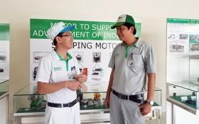 范廷雄(右)與公司會員溝通。