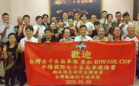台灣女子自由車隊同台商會員合照。